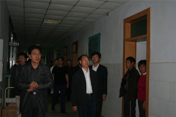 2010年9月26日,原卫生部医政司司长、民营医院协会会长于宗河来院调研指导工作